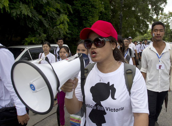 '2살 여아 성폭행 사건'에 분노한 미얀마 시민들이 6일(현지시간) 양곤 시내에서 철저한 수사를 촉구하며 범죄수사부(CID)향해 행진하고 있다. [AP=연합뉴스]
