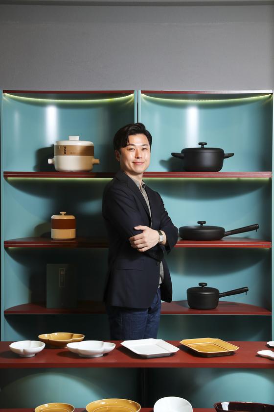 박찬호 '서울번드' 대표가 서울 서초동 서울번드 쇼룸에서 포즈를 취했다. 그의 뒤로 보이는 하얀색 찜기가 첫 판매 제품인 대만 찜기 '지아 스티머'다. 김경록 기자