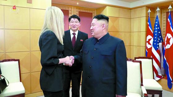 지난달 30일 김정은 북한 국무위원장과 판문점 자유의집에서 악수하고 있는 이방카 트럼프[연합뉴스]