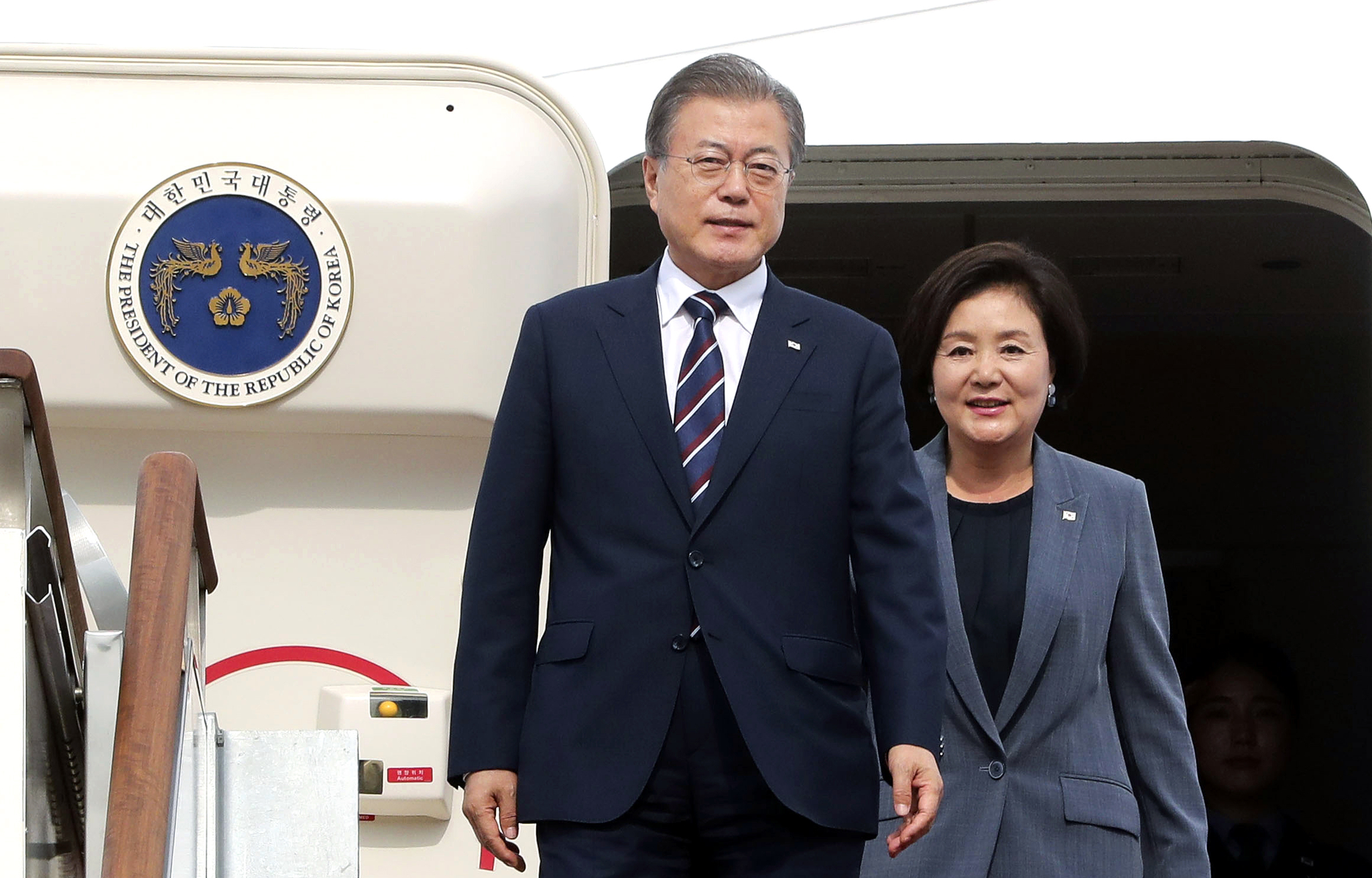 G20 정상회의 참석차 일본을 방문한 뒤 귀국한 문재인 대통령과 부인 김정숙 여사가 6월 29일 오후 서울공항에 도착해 전용기에서 내리고 있다. [청와대사진기자단]