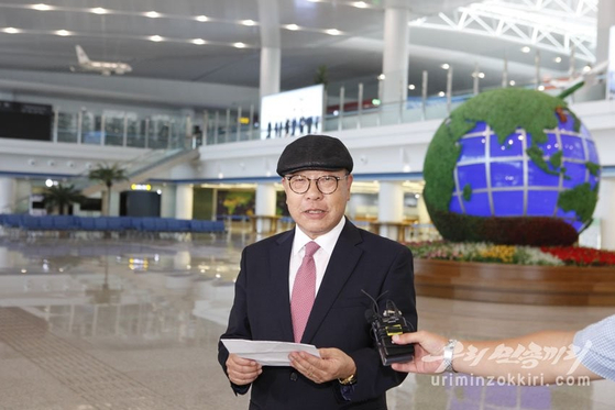 최인덕씨가 6일 평양국제공항에서 입북 소감을 밝히는 모습. [우리민족끼리 캡처]