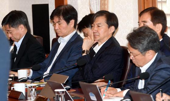 조국 민정수석(오른쪽 두 번째)이 2일 오전 청와대에서 열린 국무회의에 참석해 있다. [청와대사진기자단]