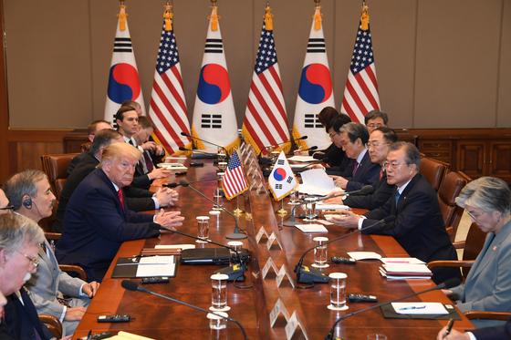 문재인 대통령이 30일 청와대에서 도널드 트럼프 미국 대통령과 한미 확대 정상회담을 하고 있다. [청와대사진기자단]