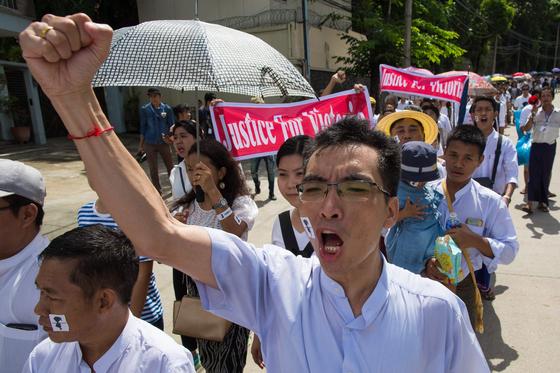 '2살 여아 성폭행 사건'에 분노한 미얀마 시민들이 6일(현지시간) 양곤 시내에서 철저한 수사를 촉구하며 범죄수사부(CID)향해 행진하고 있다. [AFP=연합뉴스]