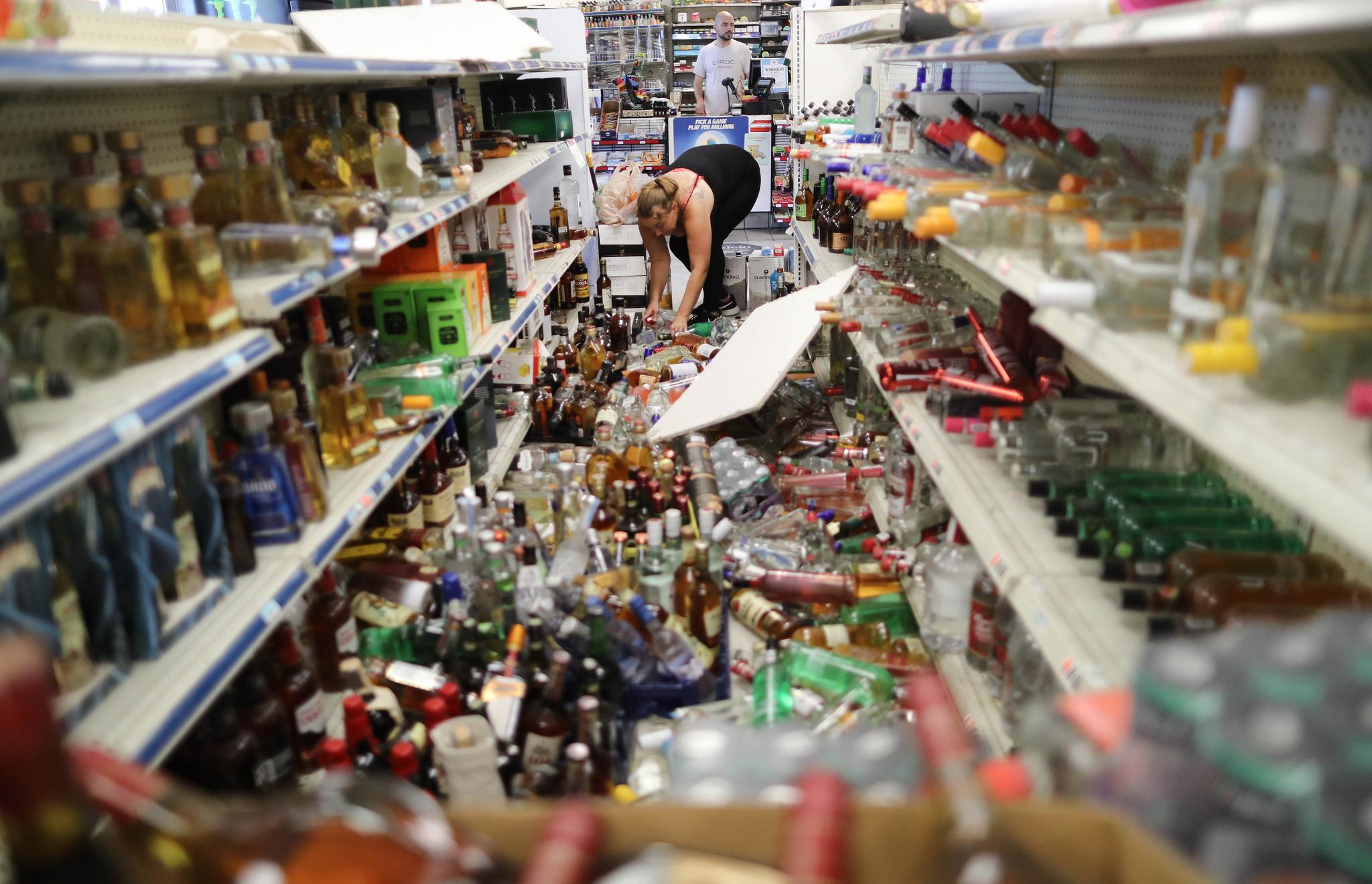 지난 5일(현지시간) 규모 7.1의 강진이 발생한 미국 캘리포니아 리지크레스트 지역의 한 상점에서 6일 점원이 엉망이 된 진열 물품을 정리하고 있다. [AFP=연합뉴스]