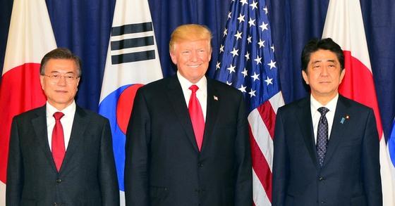 2017년 7월 6일 독일 함부르크에서 문재인 대통령과 도날드 트럼프 미국 대통령, 아베 신조 일본 총리가 한·미·일 정상 만찬에 앞서 기념촬영을 하고 있다. [청와대 사진기자단]