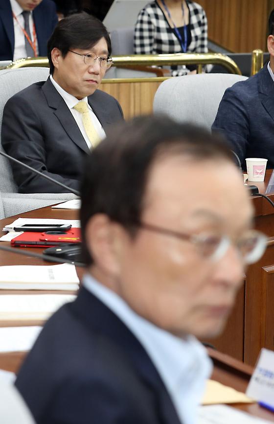 5월 29일 서울 여의도 국회에서 열린 더불어민주당 확대간부회의에서 이해찬 대표가 고개를 돌리고 있다. 뒤로 양정철 민주연구원장이 보인다. 뉴시스