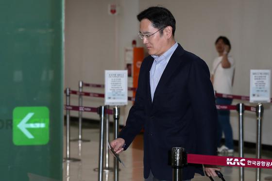 이재용 삼성전자 부회장이 7일 오후 서울 김포공항을 통해 일본으로 출국하고 있다. 이 부회장의 일본행은 지난 4일부터 시작된 일본 정부의 반도체 핵심소재 수출 규제 강화에 따른 해결방안을 모색하기 위한 것으로 알려졌다. [뉴스1]
