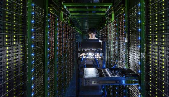 네이버 데이터센터 '각'의 서버룸에서 데이터 관리 업무를 보고 있는 직원 [사진 네이버]