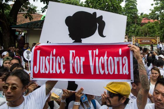 '2살 여아 성폭행 사건'에 분노한 미얀마 시민들이 6일(현지시간) 양곤 시내에서 '빅토리아에게 정의를' 피켓을 들고 행진하고 있다. [AFP=연합뉴스]