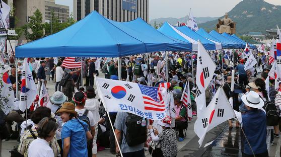 우리공화당 당원과 지지자들이 6일 오후 서울 세종로 광화문광장에 천막을 재설치하며 점거하고 있다. [뉴스1]