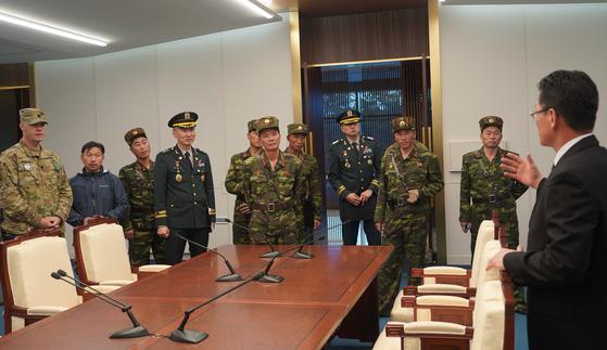 지난해 10월 남북한, 유엔군사령부가 판문점 공동경비구역(JSA)에서 JSA 비무장화 논의를 하고 있다. 북한은 이 논의에서 유엔사가 빠지라고 요구하면서 JSA 자유왕래가 무산됐다. 북한은 유엔사 해체를 계속 주장하고 있다. [연합]