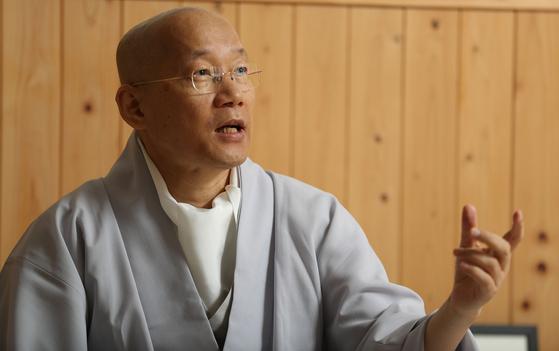 """인경 스님은 """"불교의 명상은 신비주의가 아니라 과학이어야 한다""""고 말했다. 우상조 기자"""