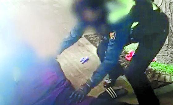 공개된 '대림동 여경' 동영상 속 여성 경찰관 이모 경장이 주취자인 중국동포 피의자를 제압해 체포하는 모습. [사진 구로서 공개 유튜브 영상 캡처]