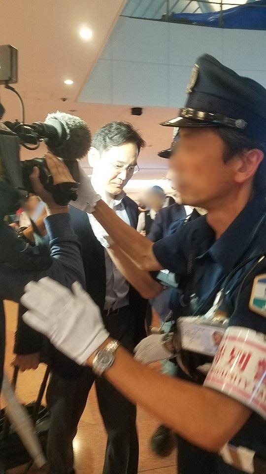 이재용 삼성전자 부회장(가운데)이 일본 정부의 대(對)한국 수출 규제에 대한 대책 논의를 위해 7일 오후 일본 하네다(羽田)공항에 도착하고 있다. [연합뉴스]