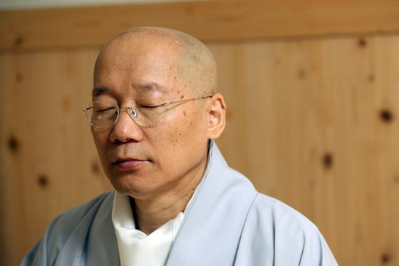 인경 스님이 목우선원에서 눈을 감은 채 명상을 하고 있다. 우상조 기자