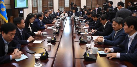 문재인 대통령이 8일 오후 청와대에서 열린 수석보좌관 회의에서 발언하고 있다. 청와대사진기자단