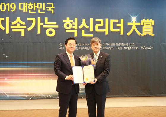 '2019 대한민국 지속가능 혁신리더대상'시상식에서 대회장인 김두관 의원(사진 왼쪽)과 세종대 김경원 대외부총장이 기념촬영을 하고 있다.