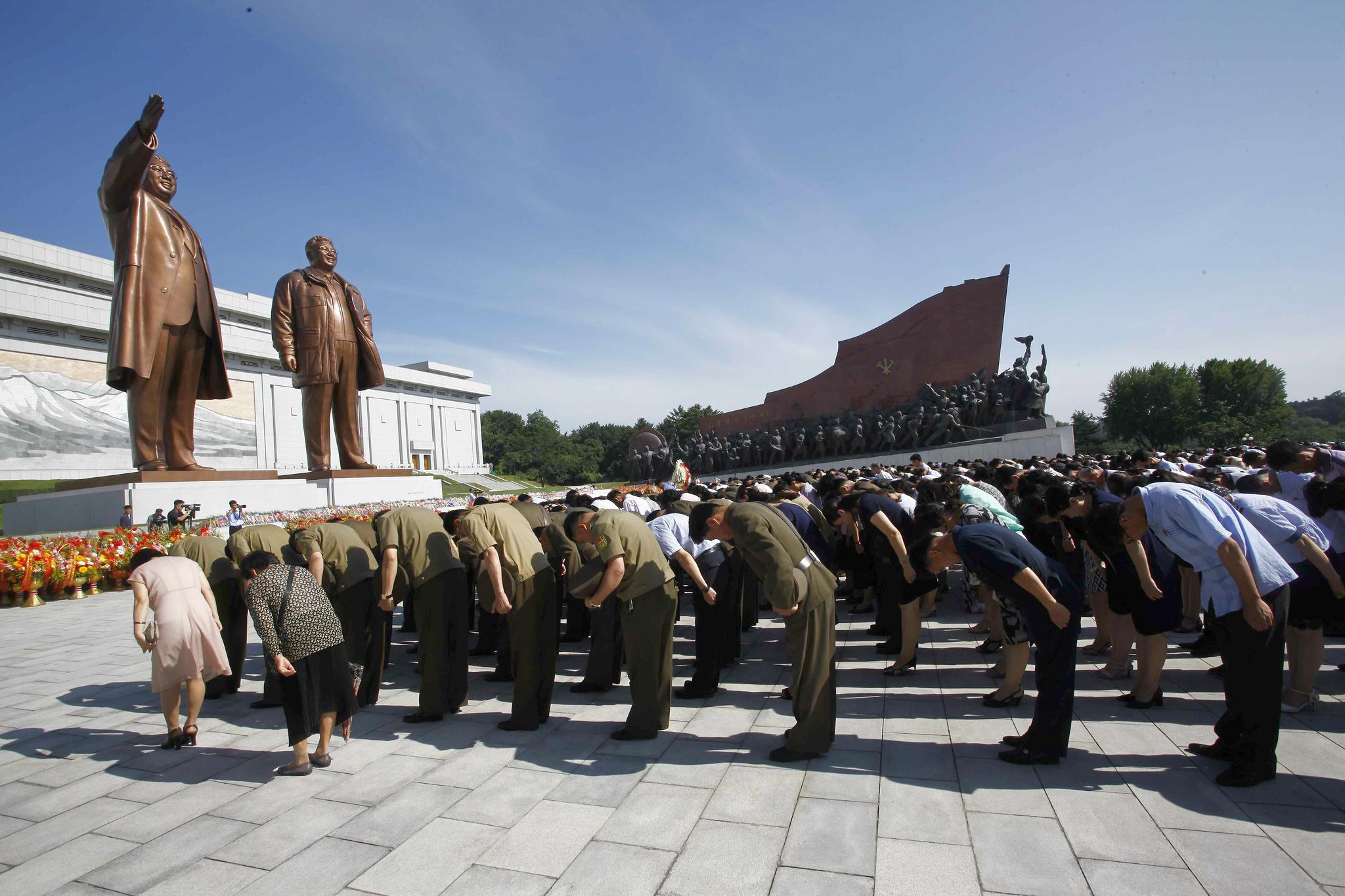 8일 오전 북한 주민들이 평양 만수대언덕에 있는 김일성·김정일 동상 앞에서 묵념하고 있다.[AP=연합뉴스]