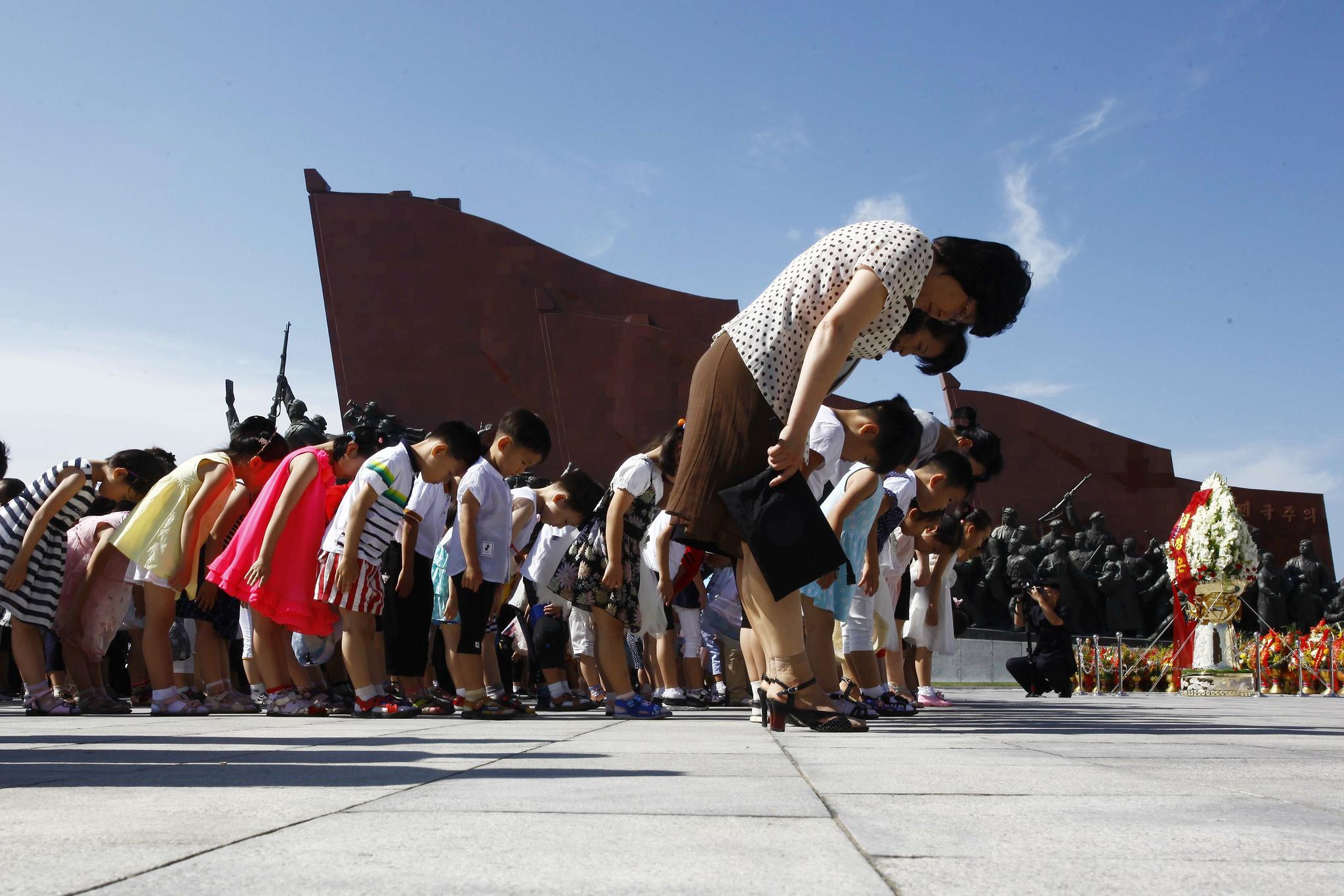 8일 오전 북한 주민들이 평양 만수대언덕 김일성·김정일 동상 앞에서 묵념하고 있다. [AP=연합뉴스]