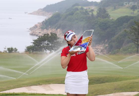 이다연은 한국여자오픈에 이어 아시아나항공오픈 우승으로 시즌 2승이 됐다. [사진 KLPGA]