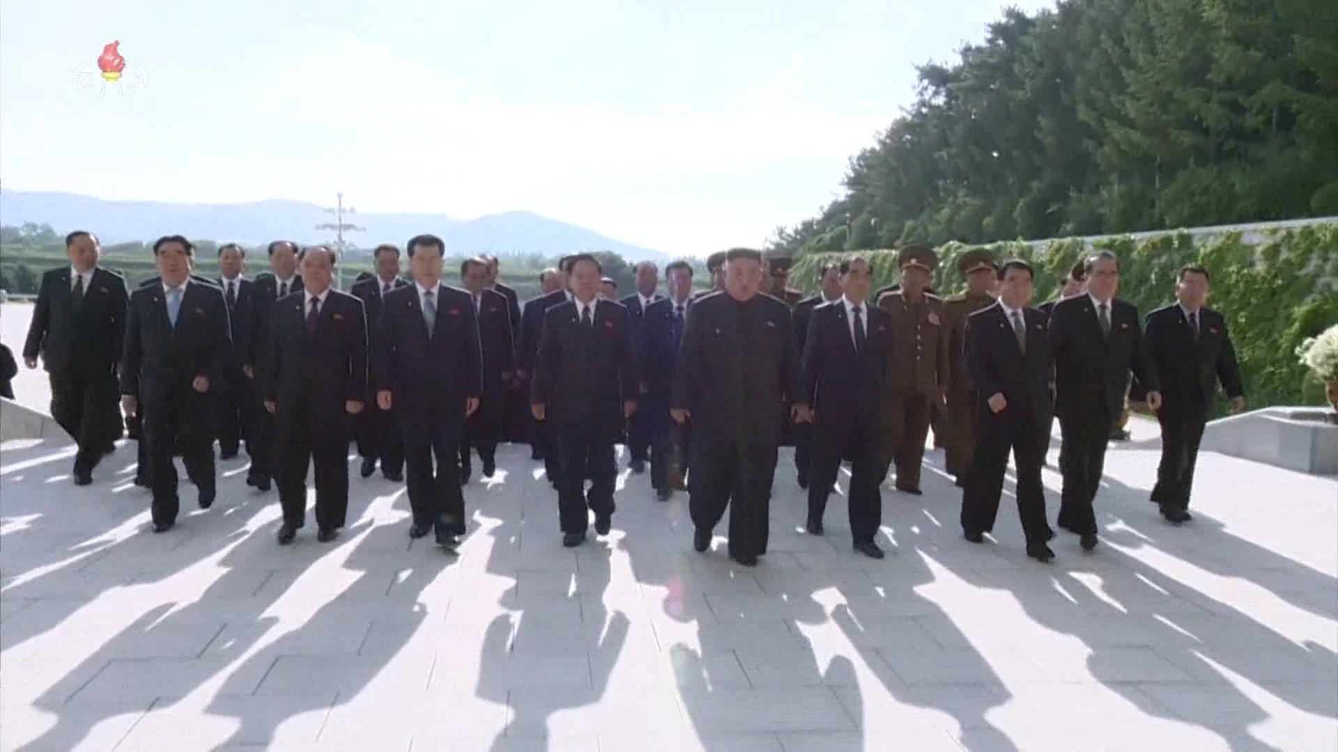 김정은 북한 국무위원장이 김일성 주석 사망 25주기인 8일 김 주석의 시신이 안치된 금수산태양궁전을 참배했다. 사진은 조선중앙TV가 공개한 참배 영상. 시신이 안치된 영생홀에 들어서는 장면[연합뉴스]
