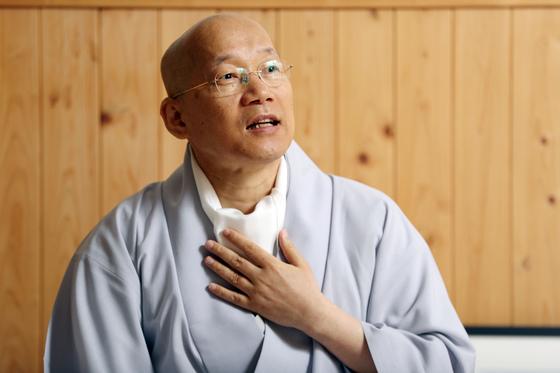 """명상과 심리상담 전문가인 인경 스님은 """"미래사회에는 불교의 역할이 달라져야 한다""""고 강조했다. 우상조 기자"""