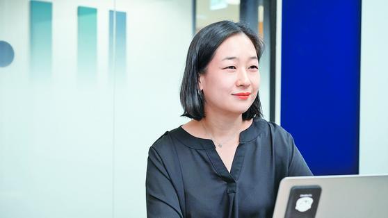 '마켓디자이너스'의 CCO가 된 후 언론 인터뷰를 하는 최경희씨.