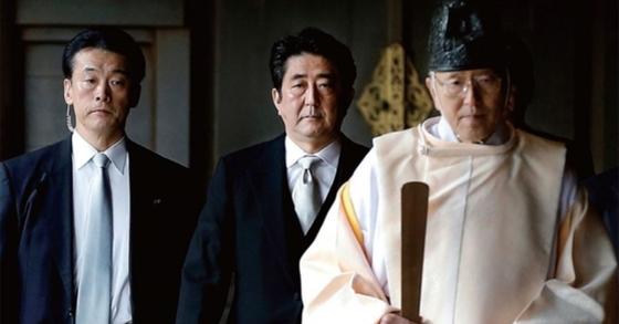 2013년 12월 A급 전범자들의 유해가 있는 야스쿠니 신사에 들어서고 있는 아베 신조 일본 총리. [연합뉴스]