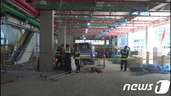 8일 서울 강서구의 한 오피스텔 공사장에서 후진하던 트럭이 사람을 쳐 인부 1명이 숨지고, 1명이 다쳤다. [서울 강서소방서 제공=뉴스1]