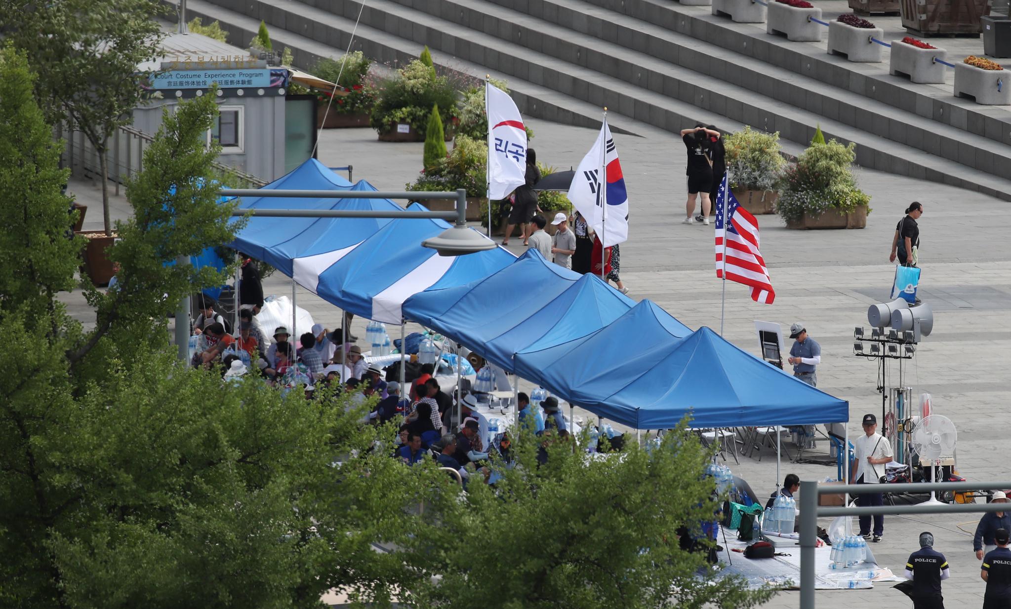 우리공화당이 지난 6일 서울 종로구 광화문광장에 천막을 다시 설치했다. 서울시는 7일 오후 6시까지 자진철거 하라는 대집행계고장을 발부한 상태다. [연합뉴스]