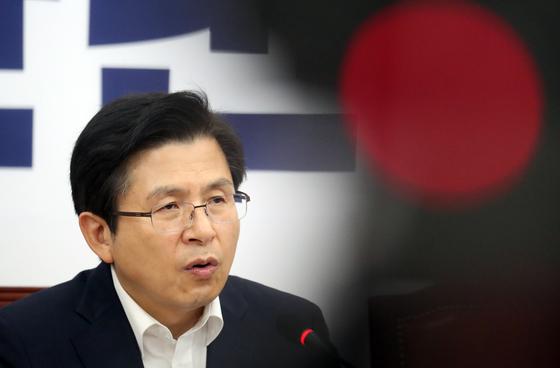 황교안 자유한국당 대표가 8일 서울 여의도 국회에서 열린 최고위원회의에서 모두발언을 하고 있다. [뉴스1]
