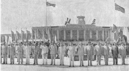 1961년 7월 10일 베이징을 방문한 김일성과 환영나온 중국 고위 인사들이 베이징 공항 청사 앞에서 기념촬영을 하고 있다. [인민일보 DB]