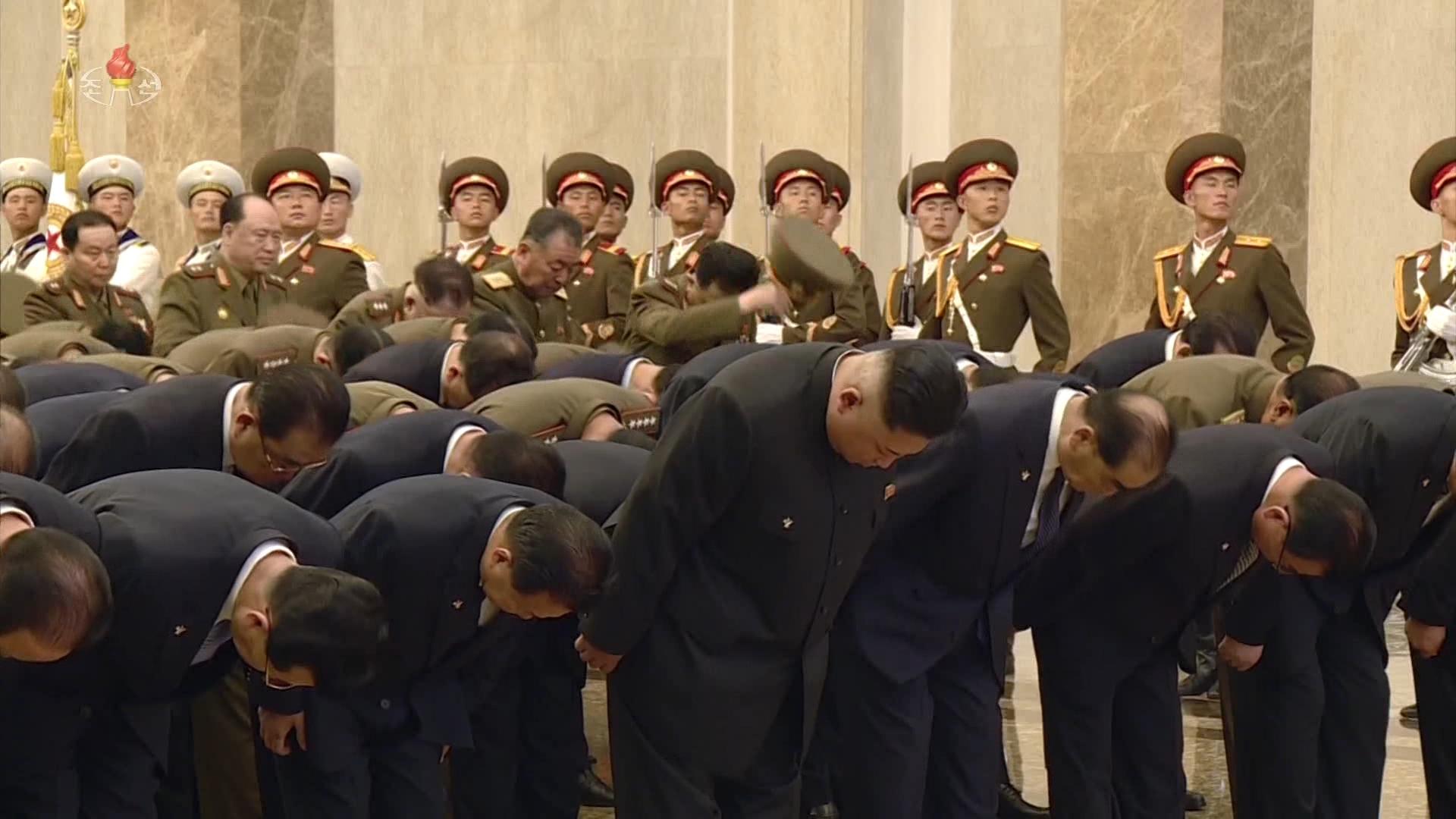 김정은 북한 국무위원장이 김일성 주석 사망 25주기인 8일 김 주석의 시신이 안치된 금수산태양궁전을 참배했다. [연합뉴스]