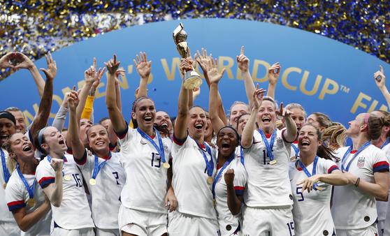 여자월드컵 결승전에서 네덜란드를 꺾고 우승한 뒤 환호하는 미국 선수들. [EPA=연합뉴스]