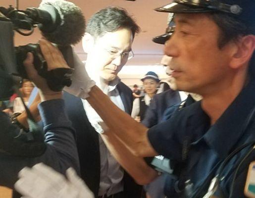 이재용 삼성전자 부회장(가운데)이 일본 정부의 한국 수출 규제에 대한 대책 논의를 위해 7일 밤 일본 하네다(羽田)공항에 도착하고 있다. [연합뉴스]