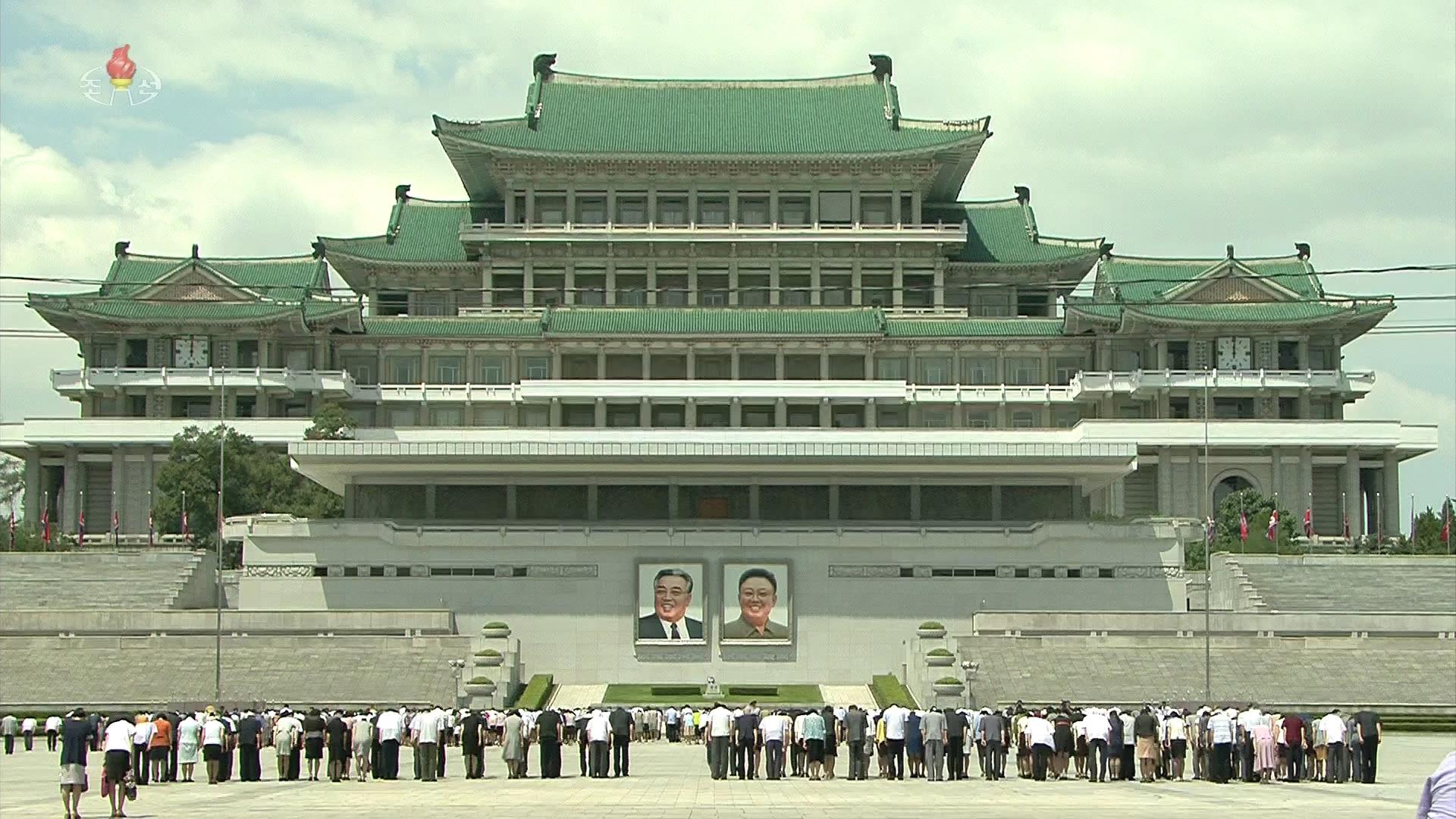 북한 주민들이 평양 인민대학습당에 걸린 김일성·김정일 초상화 앞에서 묵념하고 있다. [연합뉴스]
