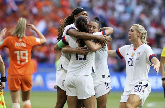 통산 4번째 여자월드컵 우승이 확정되자 미국 선수들이 얼싸안고 환호하고 있다. [AP=연합뉴스]