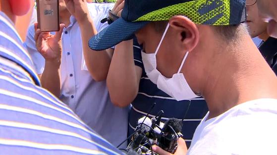 2살 아이가 보는 앞에서 베트남 출신 부인을 폭행한 혐의를 받고 있는 남편 A씨가 8일 오전 광주지법 목포지원에서 구속 전 피의자 심문(영장실질심사)을 받기 위해 출석하고 있다. [뉴시스]