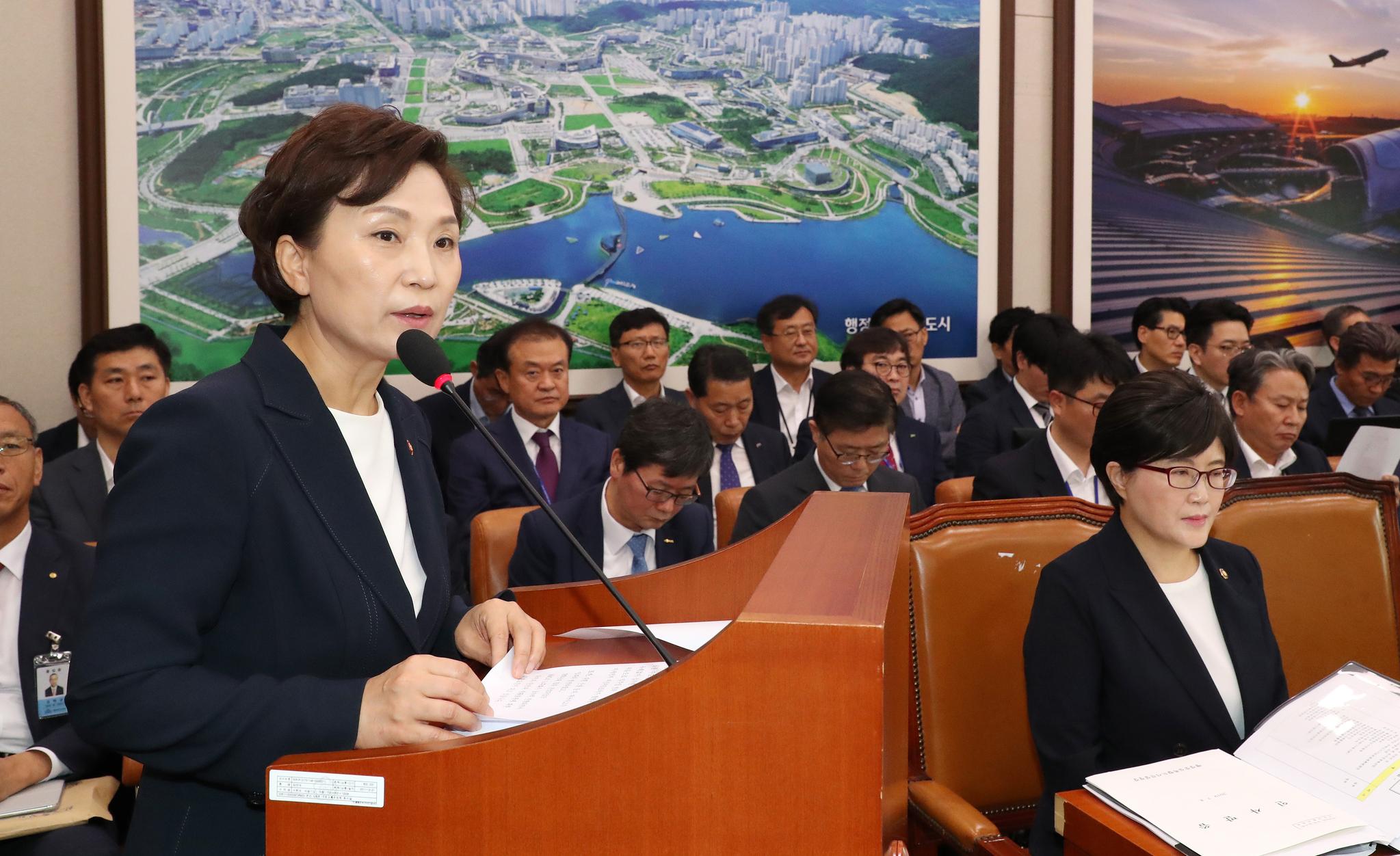 김현미 국토교통부 장관(왼쪽)이 8일 오전 열린 국회 국토교통위원회 전체회의에서 제안 설명하고 있다. [연합뉴스]
