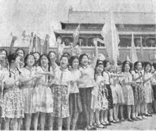 1961년 7월 10일 베이징을 방문한 김일성을 환영하는 베이징 시민들이 천안문 앞에서 깃발을 흔들며 환오하고 있다. [인민일보 DB]