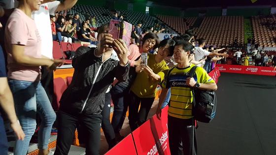 7일 열린 코리아오픈 탁구 준결승전이 끝난 뒤 김택수 남자탁구대표팀 감독(오른쪽)이 관중들과 셀카를 찍고 있다. 부산=김지한 기자