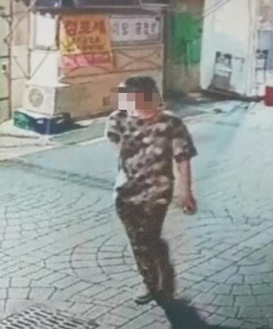 지난 4일 부산의 한 금은방에 들어가 업주를 흉기로 수차례 찌르고 도주한 용의자가 도주하는 모습이 CCTV에 찍혔다. [사진 부산경찰청]