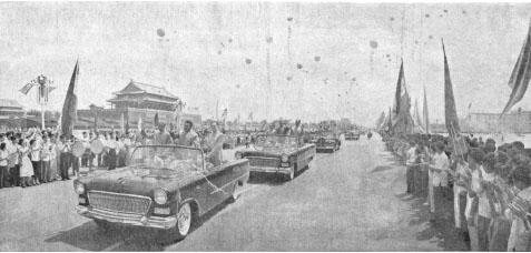 1961년 7월 10일 김일성, 류사오치, 저우언라이가 탄 무개차가 천안문 앞의 환영 인파를 지나고 있다. [인민일보DB]
