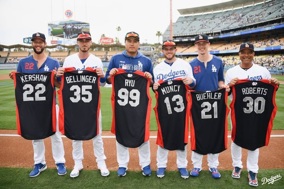 2019년 메이저리그 올스타전에 출전하는 다저스 선수들이 8일 다저스타디움에서 각자 유니폼을 들고 기념사진을 찍었다. [사진 LA 다저스 SNS]
