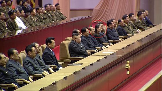 조선중앙TV는 8일 평양체육관에서 이날 열린 김일성 주석 사망 25주기 중앙추모대회를 녹화중계했다. 이에 따르면 김여정 당 제1부부장(붉은 원)이 주석단에서 김정은 국무위원장의 왼편 4번째 자리에 앉아있다.[연합뉴스]