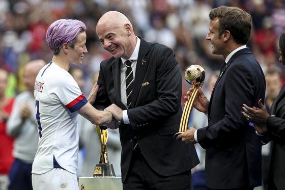 잔니 인판티노 FIFA 회장(가운데), 에마뉘엘 마크롱 프랑스 대통령(오른쪽)의 축하를 받는 미국의 우승 주역 메건 라피노. [EPA=연합뉴스]