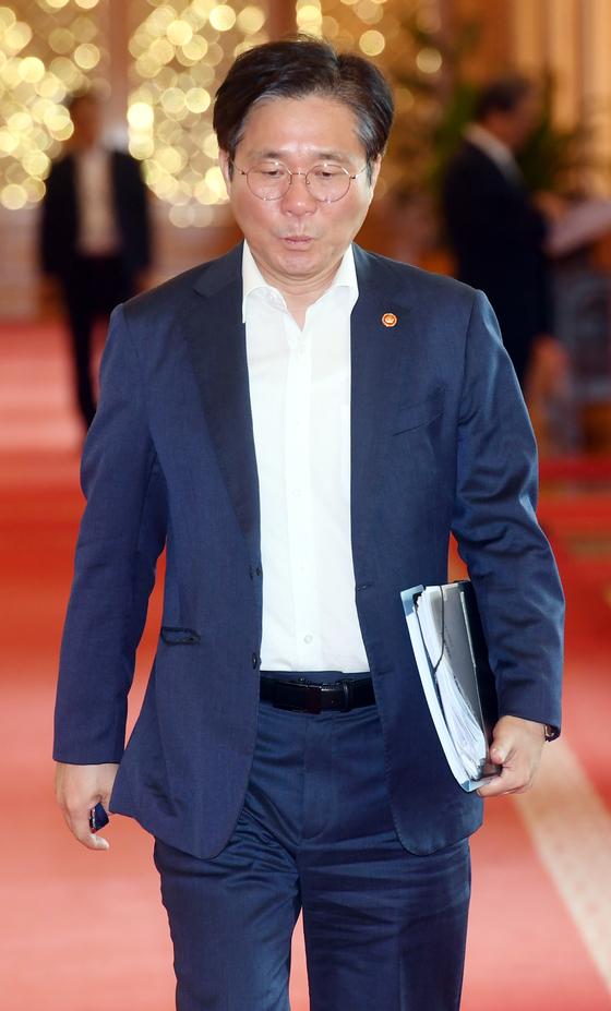 성윤모 산업통상자원부 장관이 2일 청와대에서 열린 국무회의에 참석하고 있다. [청와대사진기자단]