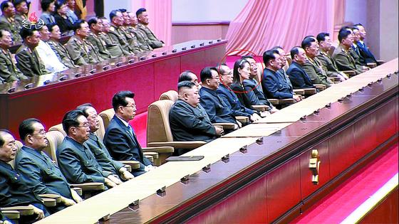 북한이 지난 8일 김일성 주석 사망 25주기를 맞아 중앙추모대회를 했다. 김여정 당 제1부부장(붉은 원)이 주석단에서 김정은 국무위원장의 오른편 4번째 자리에 앉아있다.[사진 연합뉴스]