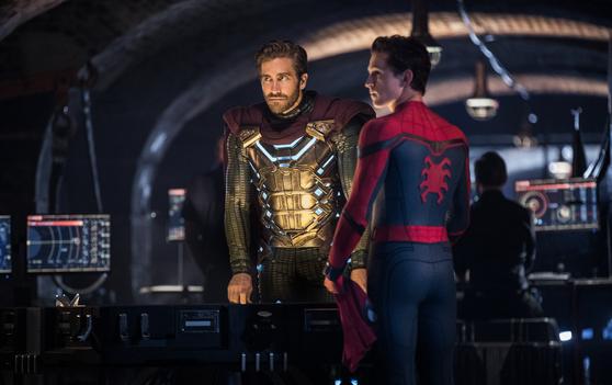 이번 2편에서 스파이더맨(톰 홀랜드, 오른쪽) 못지않게 활약하는 정체불명의 새 얼굴 미스테리 오. 배우 제이크 질렌할이 처음으로 히어로물 출연에 나섰다. [사진 소니픽쳐스]